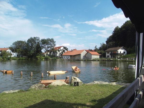 Freizeitvergnügen beim Baden am Dorfweiher in Falkenfels im Vorderen Bayerischen Wald
