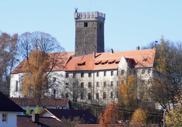 Falkenfels liegt eingebettet in eine reizvolle Landschaft mit sanften Hügeln etwa 15 km von Straubing entfernt.
