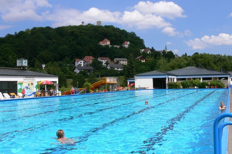 Schwimmbecken im Freibad Falkenstein mit Blick zur Burg