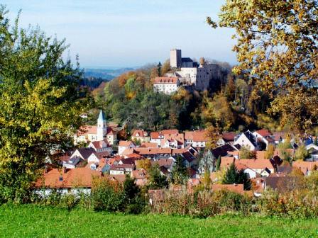 Blick im Herbst auf Falkenstein im Vorderen Bayerischen Wald