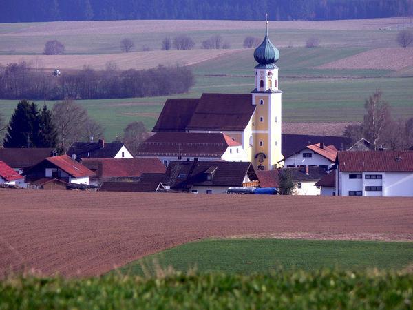Blick über Felder auf die Pfarrkirche ST. VALENTIN in Arrach bei Falkenstein