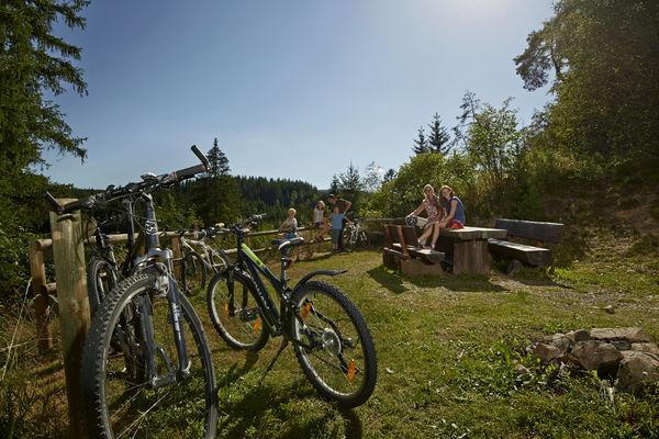 Familie macht Pause bei Fahrradtour
