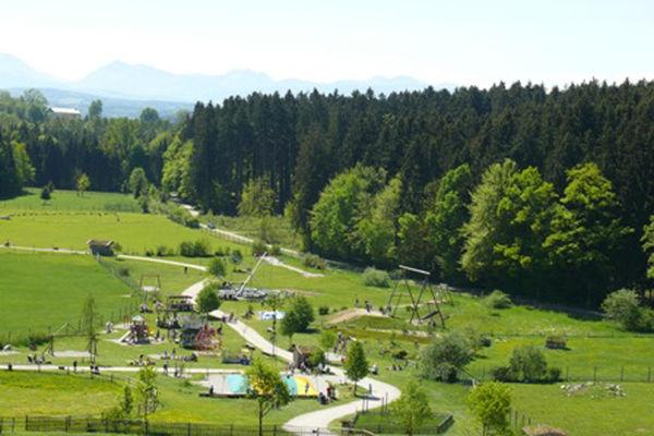 Überblick über das weitläufige Gelände des Bergtierparks.