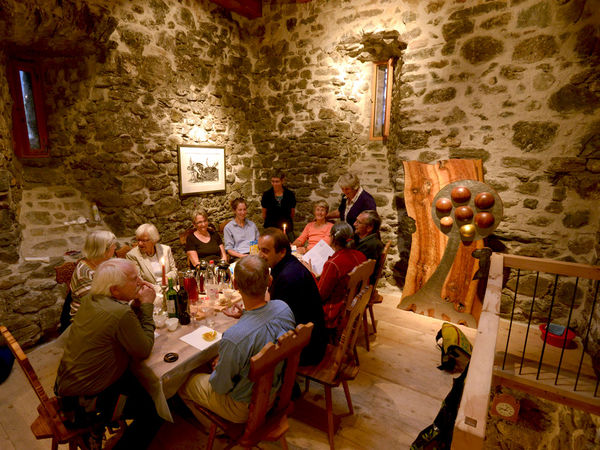 Rittertafel in der Burg Strahlegg
