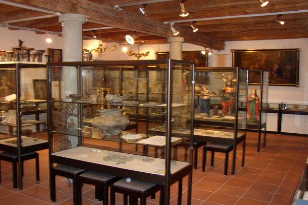 Blick in das Pfarrmuseum Flintsbach, Vitrinenteil.