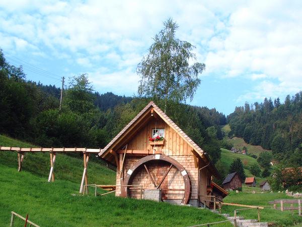 Blick auf das Mühlrad der Ebetmühle Bermersbach