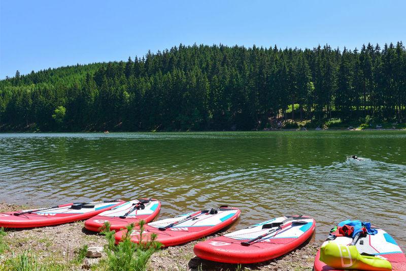 Stand Up Paddling an der Lütsche, Blick auf die Boards am See
