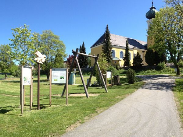 Der Erlebnisweg Falke führt an der imposanten Frauenauer Rokokokirche vorbei