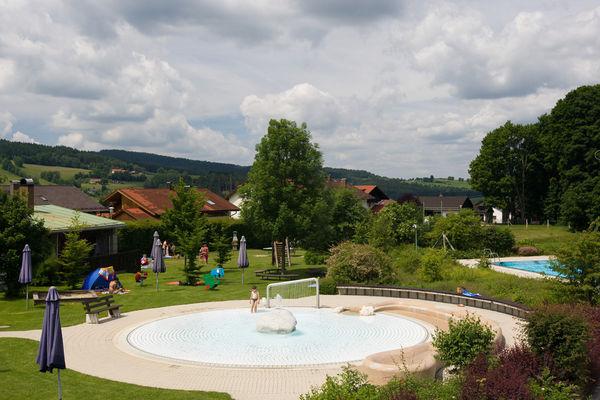 Badespaß am Kinderplanschbecken im Freibad Frauenau