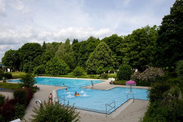 Blick auf das beheizte Freibad in Frauenau im ArberLand Bayerischer Wald