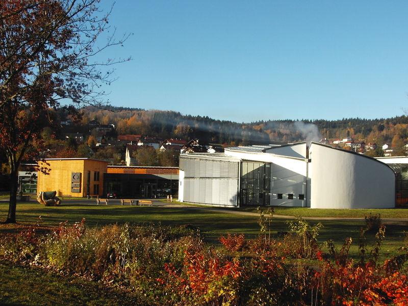 Blick auf das Glasmuseum Frauenau im Bayerischen Wald