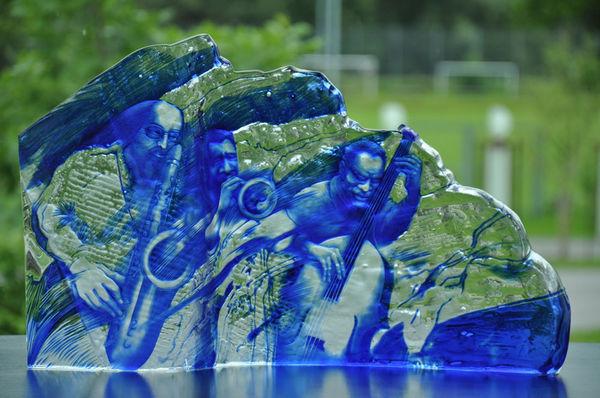 """Die Ausstellung """"Gravur on tour"""" zeigt die ganze Bandbreite der modernen Glasgravur, hier eine Arbeit von Jiří Tesař."""