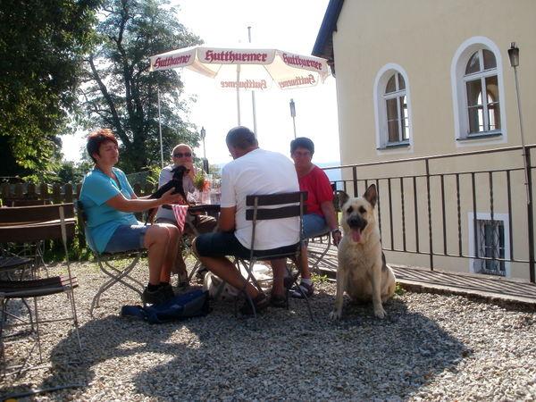 Auch Hunde fühlen sich wohl im Biergarten beim Gutsgasthof Oberfrauenau im Bayerischen Wald