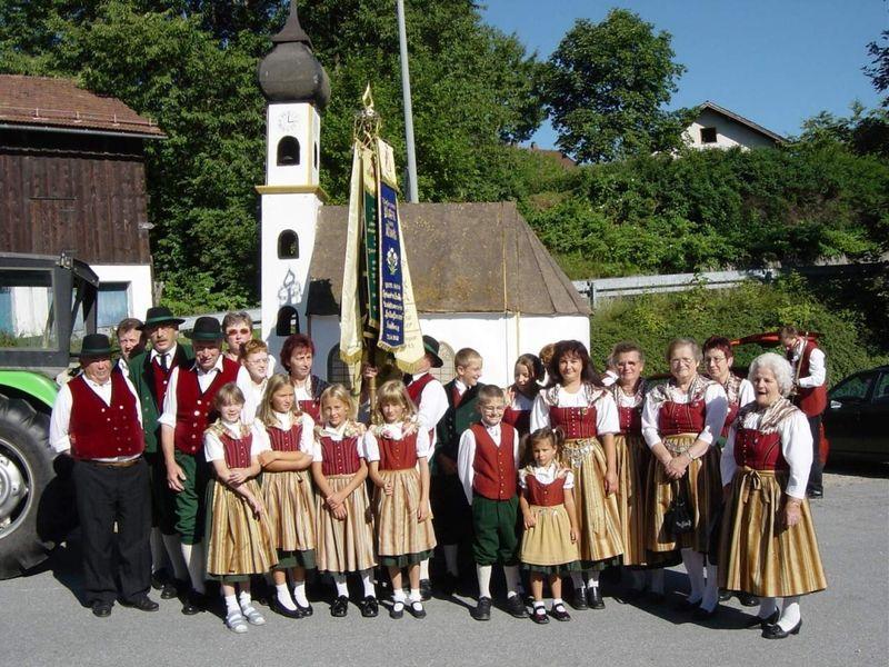 Der Heimatverein Frauenau vor einer Kapelle
