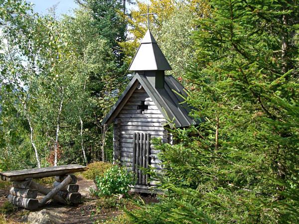 Blick auf die Kapelle am Wagensonnriegel im Bayerischen Wald