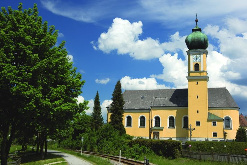 Blick auf die Rokokokirche im Glasmacherort Frauenau