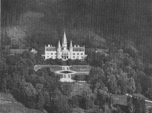 Blick auf das ehemalige Schloss Oberfrauenau an den Hängen des Berges Rachel