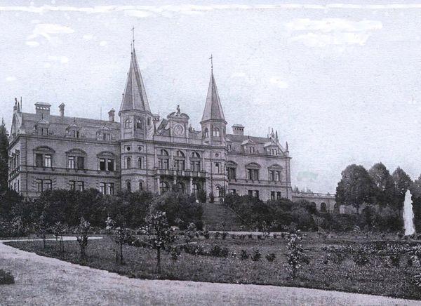 Das ehemalige Schloss Oberfrauenau mit Gartenanlage