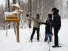 Schneeschuhwanderer an Wegweisern im Nationalpark Bayerischer Wald