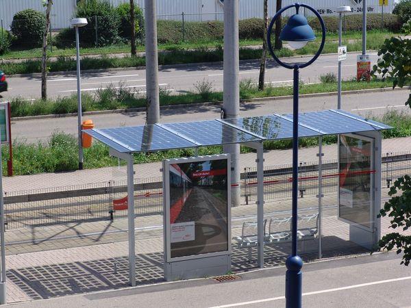 Fermata tranviaria con tetto solare