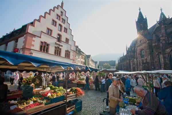 Freiburger Münsterplatz zwischen Kornhaus und Münster