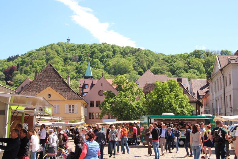 Marché sur la place de la cathédrale de Fribourg