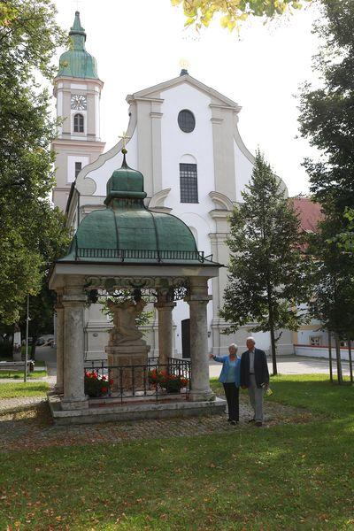 Im Klostergarten mit Blick auf die Kirche - Kloster und Kirche Neustift
