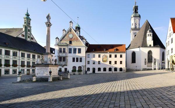 Mareinplatz mit der Pfarrkirche St. Georg in Freising