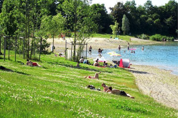 Ufer des Pullinger Sees bei Freising mit Badegästen
