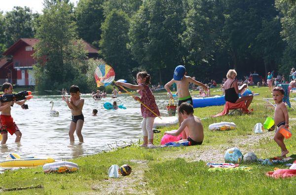 Am Ufer der Stoibermühle mit Badegästen bei Freising
