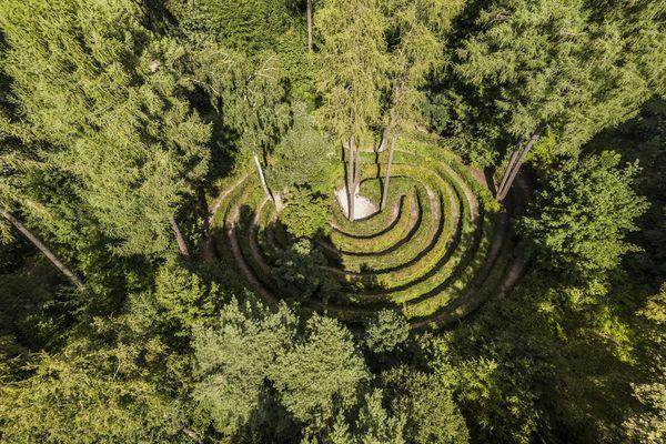 Luftaufnahme vom Waldlabyrinth auf dem Walderlebnispfad bei Freising