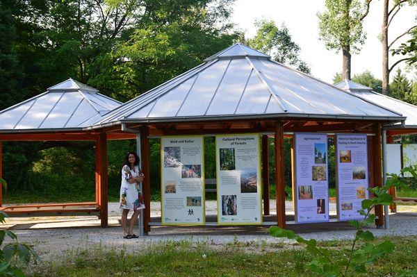 Zentralpavillon mit Ausstellung im Weltwald im Kranzberger Forst bei Freising