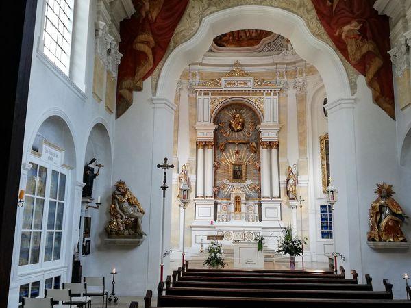 Blick auf den Altar im Inneren der Wieskirche Freising
