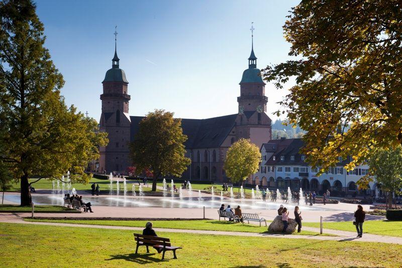 Unterer Marktplatz mit Stadtkirche und Wasserfontänen