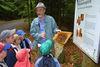 Interessantes über die Bienen erfahren die Kinder auf dem Bienenerlebnisweg in Freyung