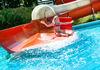 Badespaß bei der Wasserrutsche im Freibad in Freyung