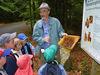 Kinder auf dem Bienenerlebnisweg in Freyung im Bayerischen Wald