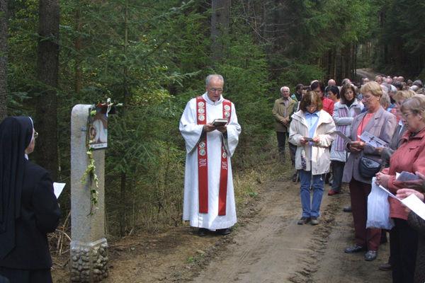 Pilger auf dem Kreuzweg im Leitenwald bei Freyung