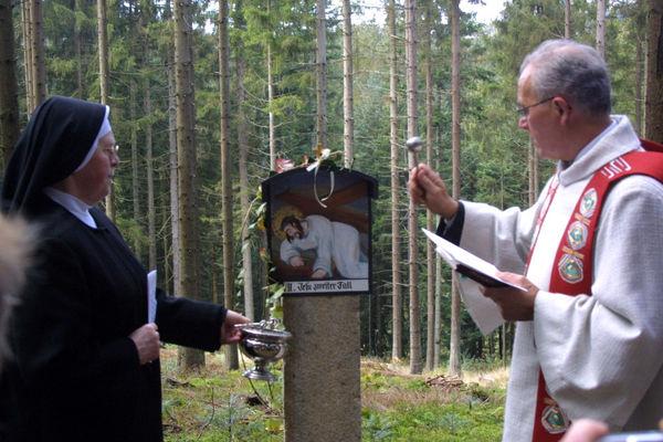 Segnung einer Station auf dem Kreuzweg im Leitenwald bei Freyung