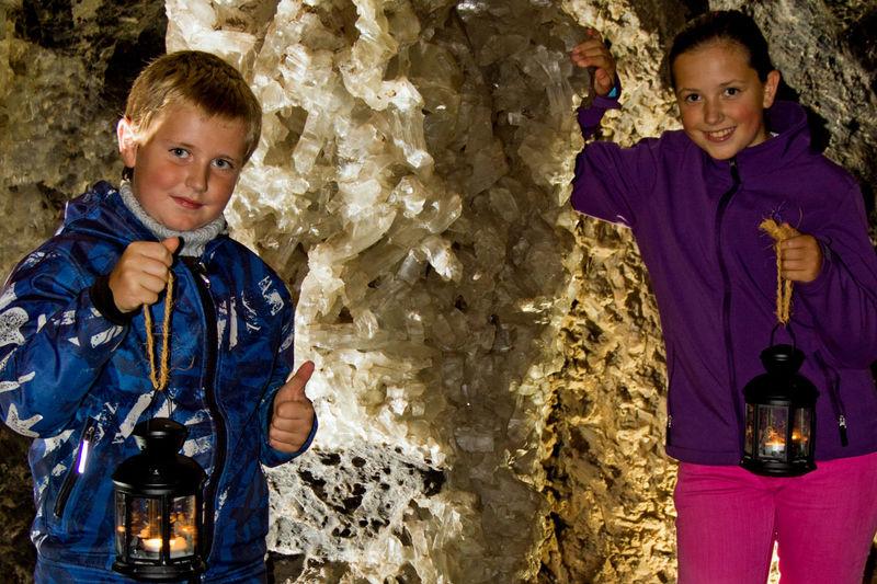 Kinder stehen in der Marienglashöhle in Friedrichroda Thüringen