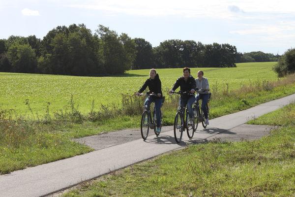 Radfahrerinnen auf dem Oderbruchbahnradweg, Foto: Tourismusverband Seenland Oder-Spree e.V.