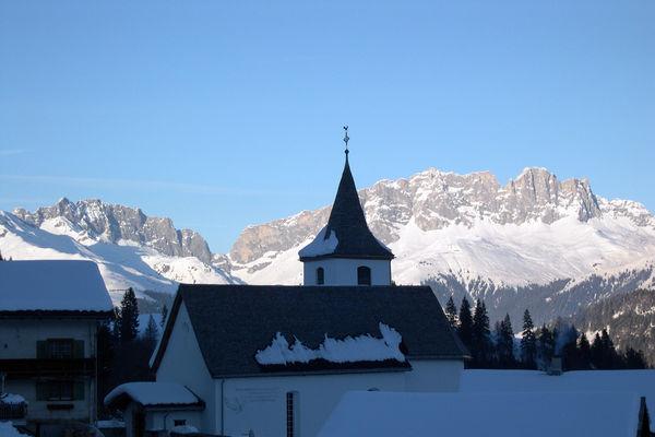 Die Furner Kirche vor dem imposanten Rätikonmassiv.
