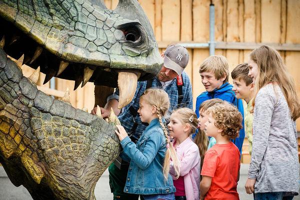 Die Kinder werfen einen mutigen Blick in das riesige Maul des Further Drachen