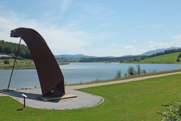 Das begehbare Kunstwerk MYTHOS DRACHE am Drachensee bei Furth im Wald