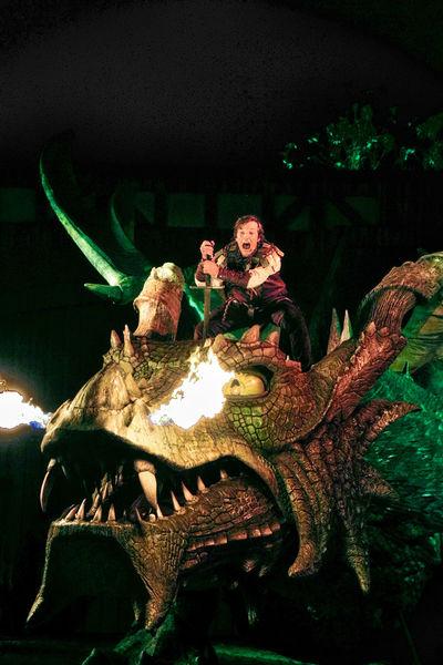 Die Legende vom Drachen und vom ältesten Mythos der Menschheit: dem Kampf des Guten gegen das Böse.