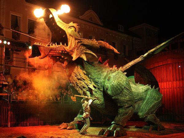 Der Ritter kämpft mit dem High-Tech-Ungeheuer beim Further Drachenstich