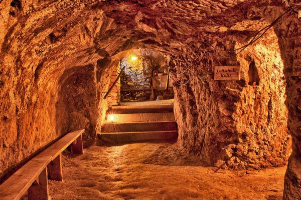 Bei Führungen erkunden Sie die mittelalterlichen Felsengänge und erfahren Interessantes