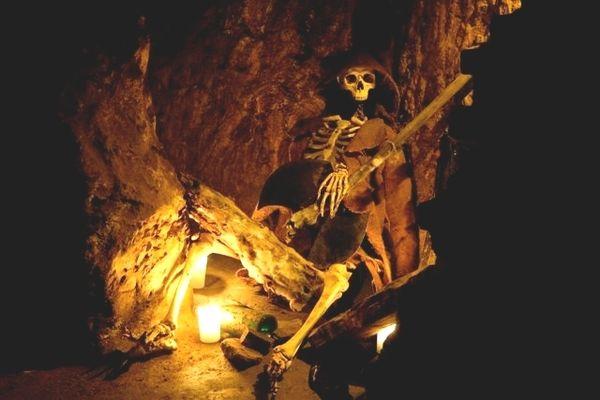 Skelett in den Further Felsengängen der Stadt Furth im Wald