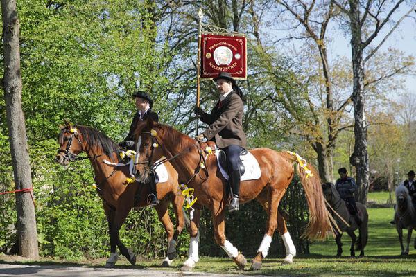 Die Standartenreiter bei der 200 Jahre alten Pferde- und Reiterprozession