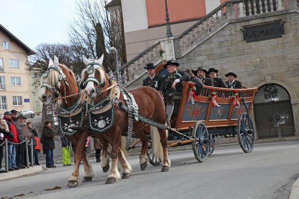 Bei der Pferde- und Reiterprozession nehmen auch Kutschen und Truhenwagen teil